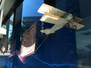 窓枠の飛行機