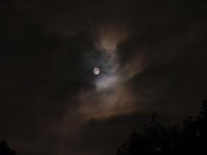 雲がかりの満月